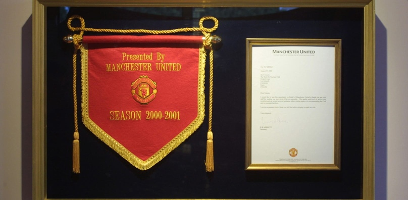 Manchester United pennant and letter 2000